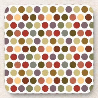 Modelo de lunares del color de tonos de la tierra posavasos de bebidas