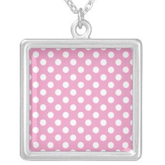 Modelo de lunares rosado lindo colgante cuadrado