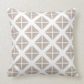 Modelo de moda beige del triángulo almohadas