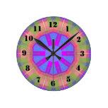 Modelo de moda colorido brillante relojes