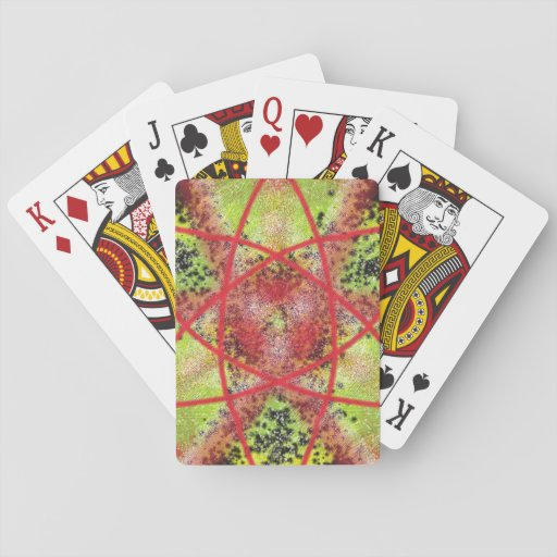 Modelo de moda inusual barajas de cartas