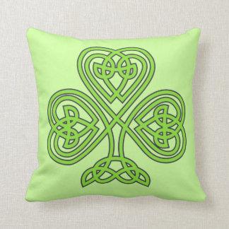 Modelo de nudo verde céltico del trébol irlandés cojín decorativo