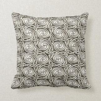 Modelo de nudos espiral céltico de plata brillante almohadas