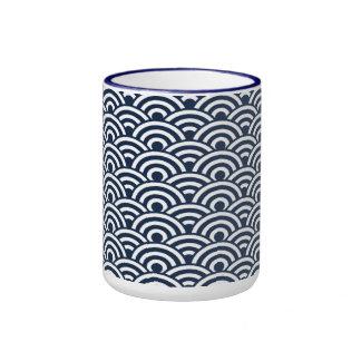 Modelo de onda japonés blanco de los azules marino taza a dos colores