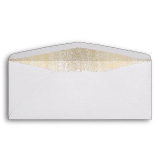 Modelo de punto de oro elegante en el sobre blanco