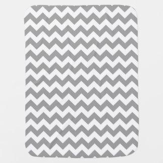 Modelo de zigzag blanco gris oscuro de Chevron Mantas De Bebé