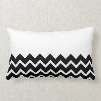 Modelo de zigzag blanco y negro. Llano de la parte Cojín