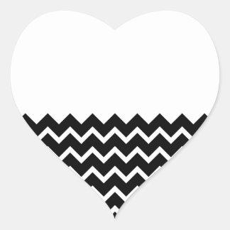 Modelo de zigzag blanco y negro. Llano de la parte Pegatina En Forma De Corazón