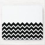 Modelo de zigzag blanco y negro. Llano de la parte Alfombrillas De Raton