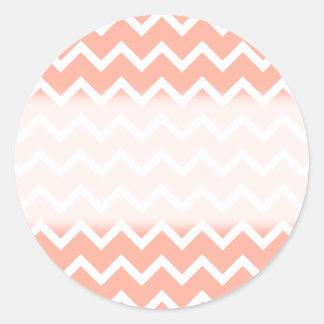 Modelo de zigzag coralino y blanco etiquetas redondas