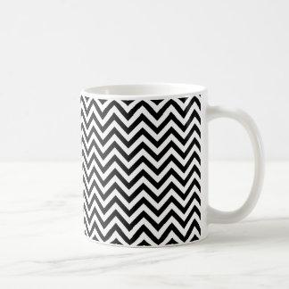 Modelo de zigzag de Chevron blanco y negro Taza
