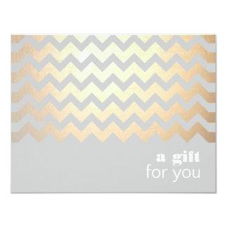 Modelo de zigzag del oro y vale gris invitación 10,8 x 13,9 cm