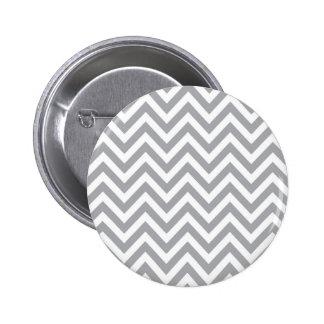 Modelo de zigzag gris y blanco de Chevron Pin Redondo De 2 Pulgadas