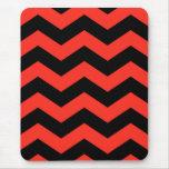 Modelo de zigzag rojo y negro tapetes de raton