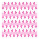 Modelo de zigzag rosado con formas del diamante invitacion personal