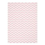 Modelo de zigzag rosado suave invitación personalizada