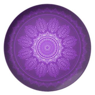Modelo decorativo del remolino púrpura con clase e plato de cena