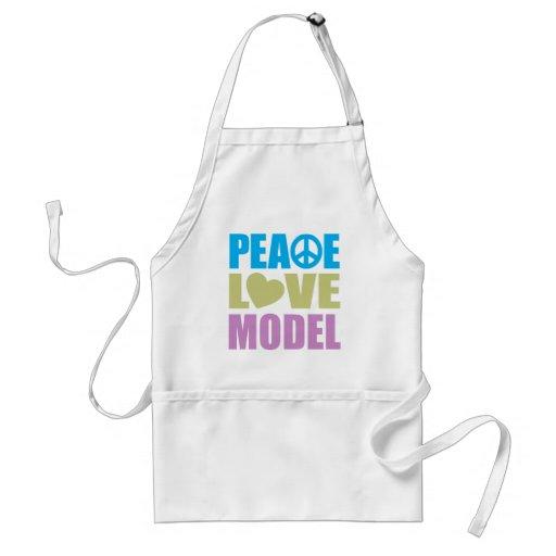 Modelo del amor de la paz delantal