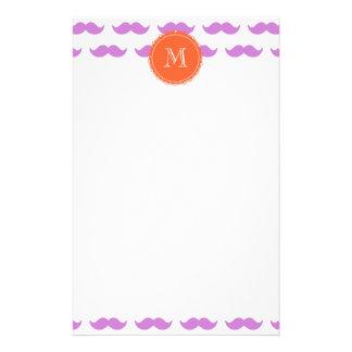 Modelo del bigote de la lila, monograma blanco cor  papeleria