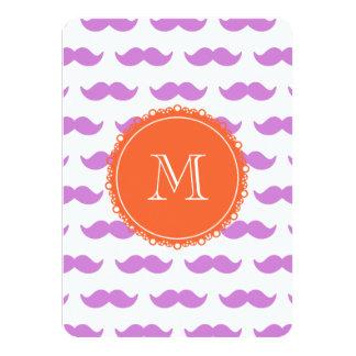 Modelo del bigote de la lila, monograma blanco invitación 11,4 x 15,8 cm