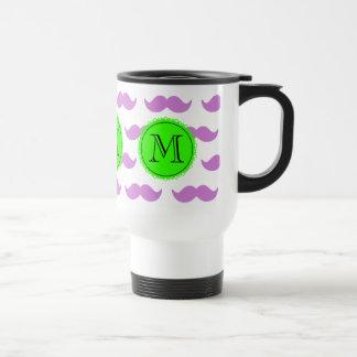 Modelo del bigote de la lila, monograma negro taza de viaje