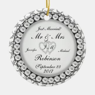 Modelo del boda del monograma de dos corazones adorno navideño redondo de cerámica