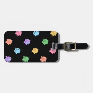 Modelo del cerdo del arco iris en negro etiquetas para maletas