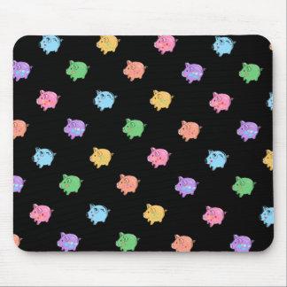 Modelo del cerdo del arco iris en negro mousepad