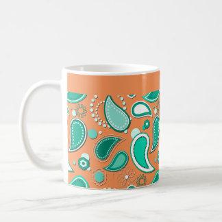 Modelo del chapoteo del agua en color de fondo taza de café