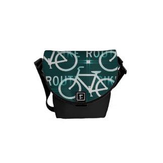 Modelo del ciclista de la bici de Fixie de la ruta Bolsas De Mensajeria