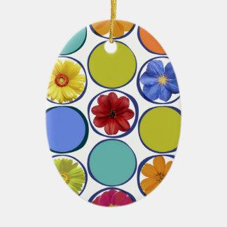 Modelo del círculo con las flores .JPEG Adorno Ovalado De Cerámica