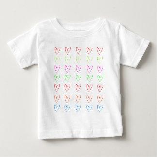 Modelo del corazón del watercolour del arco iris playera