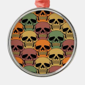 Modelo del cráneo que entrelaza con color adorno navideño redondo de metal