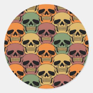 Modelo del cráneo que entrelaza con color pegatina redonda