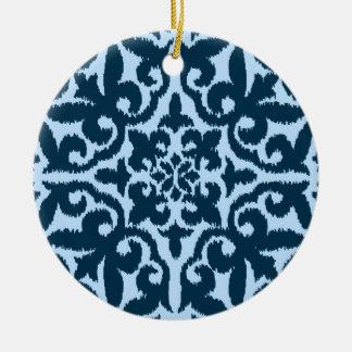 Modelo del damasco de Ikat - añil y azul claro Adorno Redondo De Cerámica