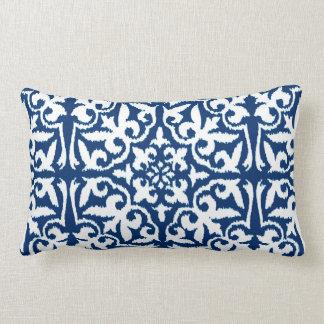 Modelo del damasco de Ikat - azul y blanco de Cojín
