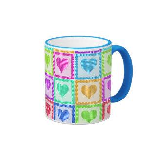Modelo del edredón del corazón del arco iris taza de café