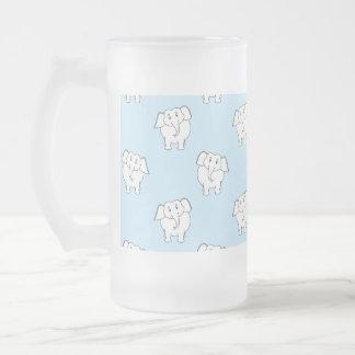 Modelo del elefante blanco en azul claro. jarra de cerveza esmerilada