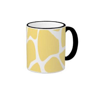 Modelo del estampado de girafa en amarillo taza