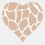 Modelo del estampado de girafa en beige pegatina en forma de corazón