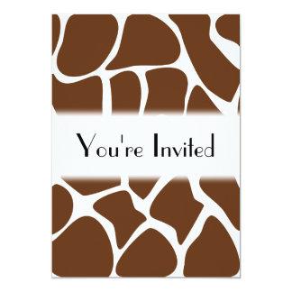 """Modelo del estampado de girafa en Brown oscuro Invitación 5"""" X 7"""""""