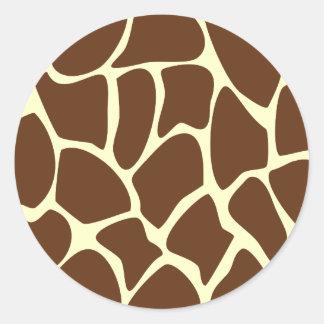Modelo del estampado de girafa en Brown oscuro Pegatinas Redondas