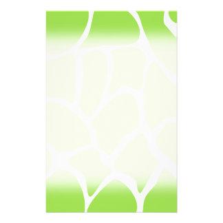 """Modelo del estampado de girafa en verde de cal folleto 5.5"""" x 8.5"""""""