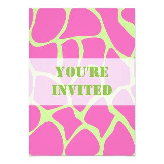 """Modelo del estampado de girafa, rosa brillante y invitación 5"""" x 7"""""""