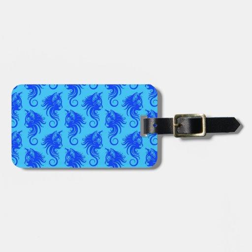 Modelo del gato azul que remolina etiquetas de maletas