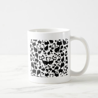 Modelo del gato de la magia negra en un fondo rojo taza básica blanca
