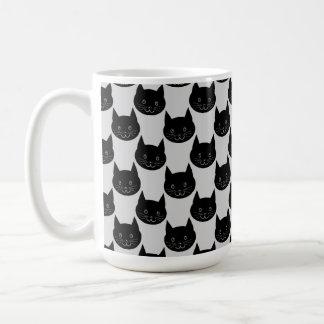 Modelo del gato negro en gris claro. taza básica blanca