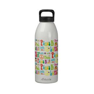 Modelo del hippy del amor de la paz botella de beber