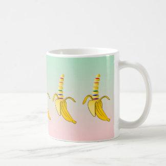 Modelo del plátano del orgullo gay taza básica blanca