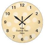 Modelo del punto y texto marrones claros, beige de relojes de pared